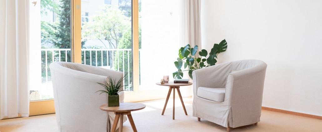 Sessel Tisch Pflanzen hell Fenster Therapieraum Praxis